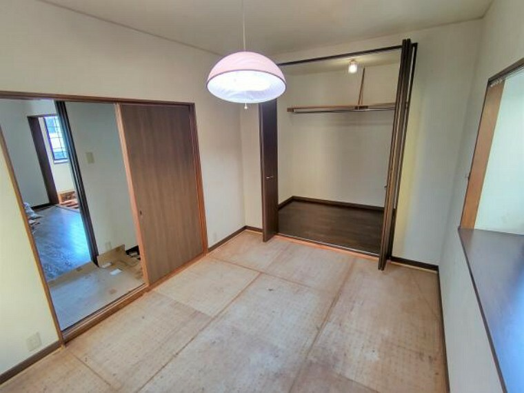 和室 【リフォーム中】2階和室は洋室に間取り変更します。各居室にはクローゼットが備えられているので、収納には困りませんね。
