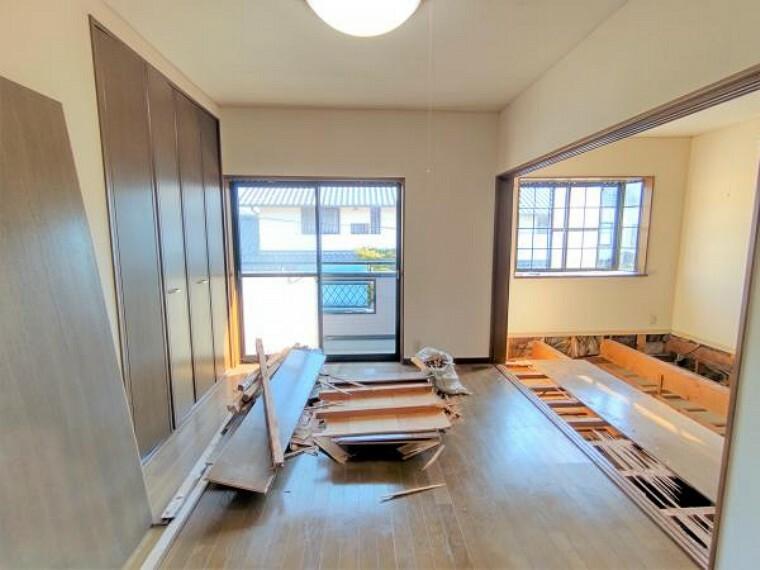 洋室 【リフォーム中】2階東側洋室です。床はフローリングを張り替え、壁・天井はクロスの張替を行います。南向きのベランダがあり、洗濯物を干すのにもちょうどいいですよ。