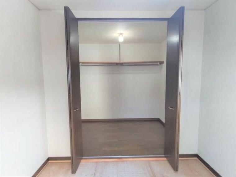 洋室 【リフォーム中】2階北側和室の収納です。各部屋にクローゼットがあるので収納には困りません。