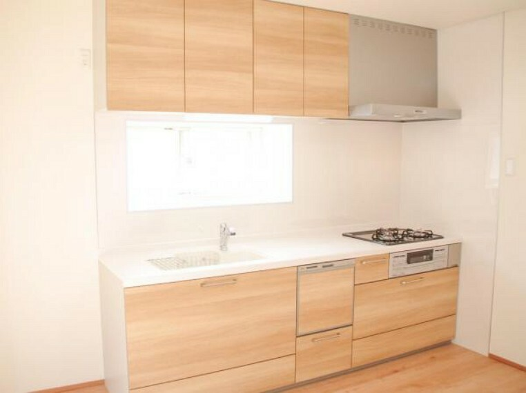 キッチン 【同仕様写真】システムキッチンは永大産業製の幅2550ミリに交換します。天板とシンクは人工大理石製で食洗機付きです。