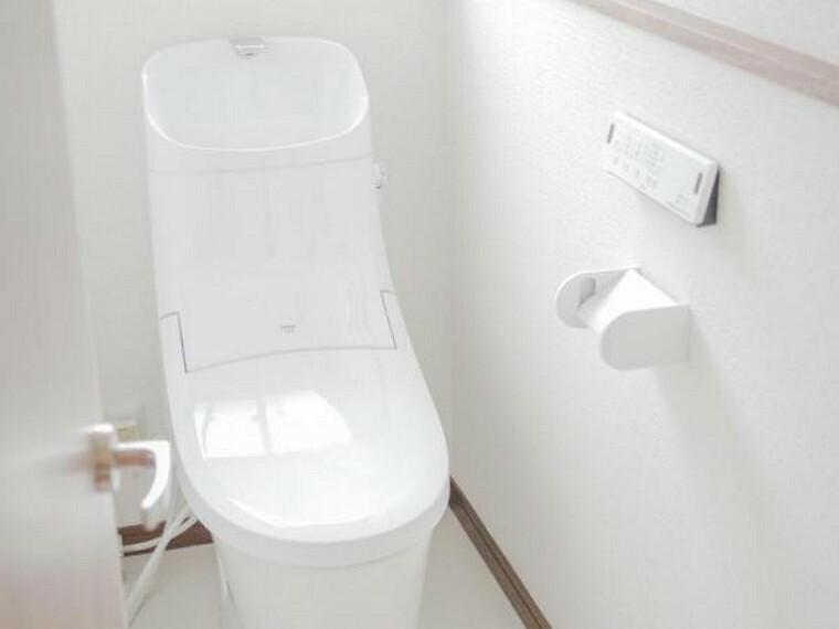 トイレ 【同仕様写真】LIXIL製の洗浄機能付便器に交換予定。従来に比べ約69%節水できる「超節水ECO5トイレ」 フチレス形状でフチを丸ごとなくしているので、お掃除もラクラクです。