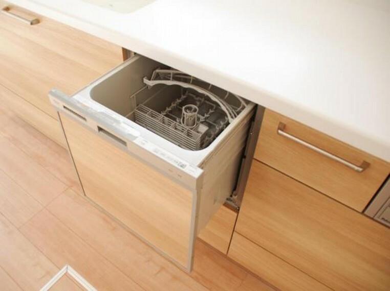 キッチン 【同仕様写真】システムキッチンはパナソニック製の食器洗い乾燥機付きです。洗い物は手作業でされる方でも乾燥機能を使えば除菌もできますし、食器かごを設置しなくてよいのでキッチン周りをスッキリ使えます。