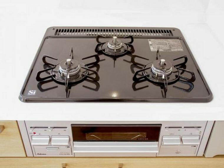 キッチン 【同仕様写真】コンロはビルトインコンロ幅600mmタイプを設置しています。全口Siセンサー搭載なのでバーナーの温度センサーが料理の焦げ付きを感知して自動消火してくれる「焦げ付き消火機能」付きです。