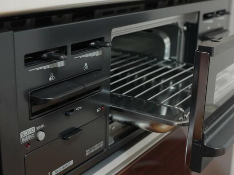 キッチン 【同仕様写真】魚を焼くだけじゃないグリルはトースターの代わりにパンを焼いたり、夕食のお惣菜をカリッと温め直したり主婦の強い味方です。時短料理でお料理のバリエーションが増えますね。