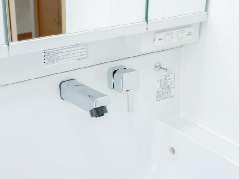 洗面化粧台 【同仕様写真】洗面台の水栓は周りに水たまりができない、壁に直接取り付けるタイプの水栓を採用。水栓ヘッドは引き出して使えるホース内蔵タイプで整水・シャワーの切り替えもワンタッチで行えます。