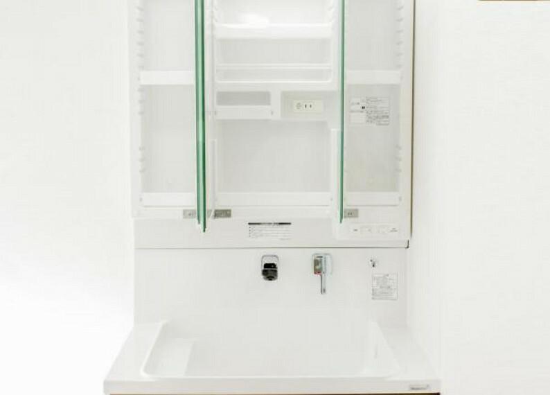 洗面化粧台 【同仕様写真】洗面台の鏡は三面鏡タイプで内部が収納棚になっています。収納の内部にコンセントがあるので電動歯ブラシや電気シェーバーなどは充電したまま収納することができます。