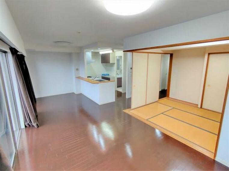 居間・リビング 【現在リフォーム中】リビングは13帖。キッチン前はダイニングスペースに。和室側はリビングスペースと使い勝手も良さそうですね。