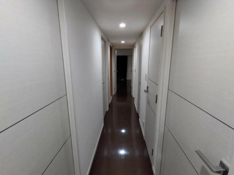 【現在リフォーム中】廊下はクロス貼替、クリーニングを行います。白い扉と濃いブラウンのフローリングが統一感のあるおウチになっています。