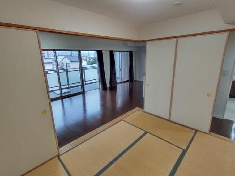 【現在リフォーム中】和室はクロス貼替、照明交換を行います。リビングと繋がっており、開放的な和室です。ふすまで仕切ることも可能です。