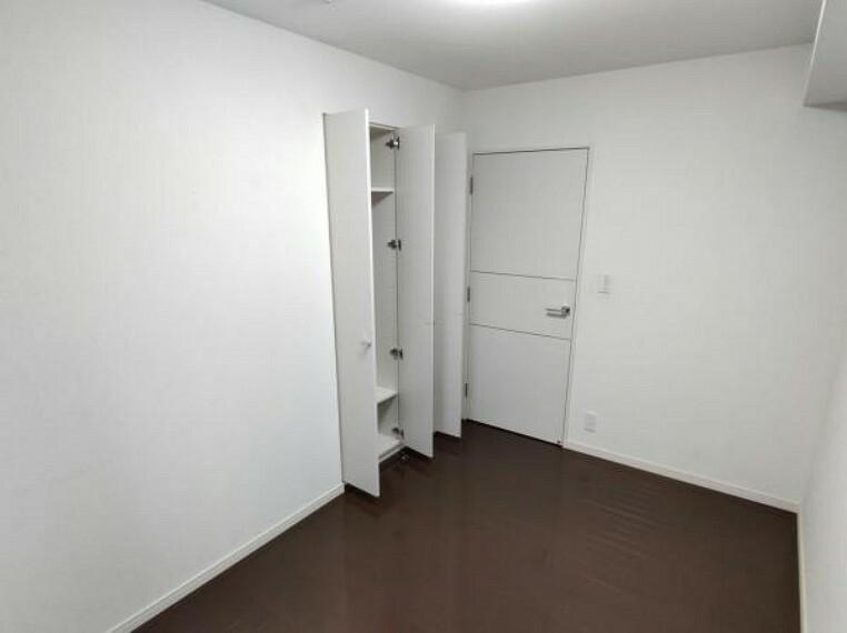 【現在リフォーム中】6帖洋室は半畳分のクローゼットがあります。クリーニングを行います。ちょっとした収納でも小物を仕舞える場所があるとお部屋がスッキリしますね。