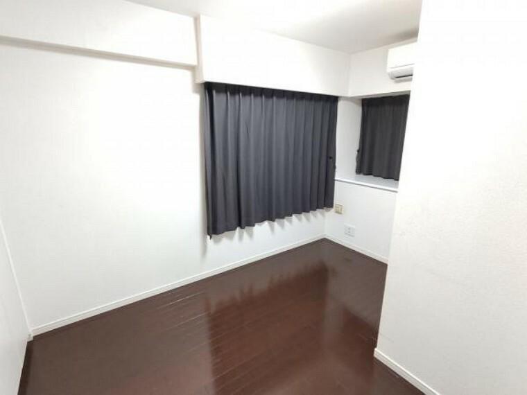 【現在リフォーム中】5帖洋室です。クロス貼替を行います。北側で落ち着いた雰囲気のお部屋の為、書斎としてお使いになるのも良いかもしれません。