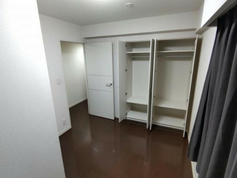 【現在リフォーム中】5帖洋室にはクローゼットが2つあります。クリーニングを行います。洋服に加えて趣味の道具等も収納できる場所があるのは嬉しいですね。