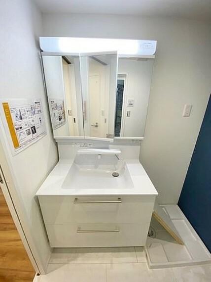 洗面化粧台 スタイリッシュな洗面化粧台です。三面鏡の裏には便利な収納スペースがございます。