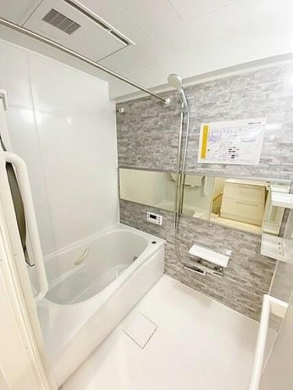 浴室 一日の疲れを癒すバスルーム。広々清潔感もあって快適なバスタイムを約束してくれそうです。