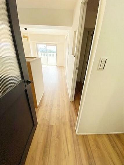玄関からリビングへドアです。