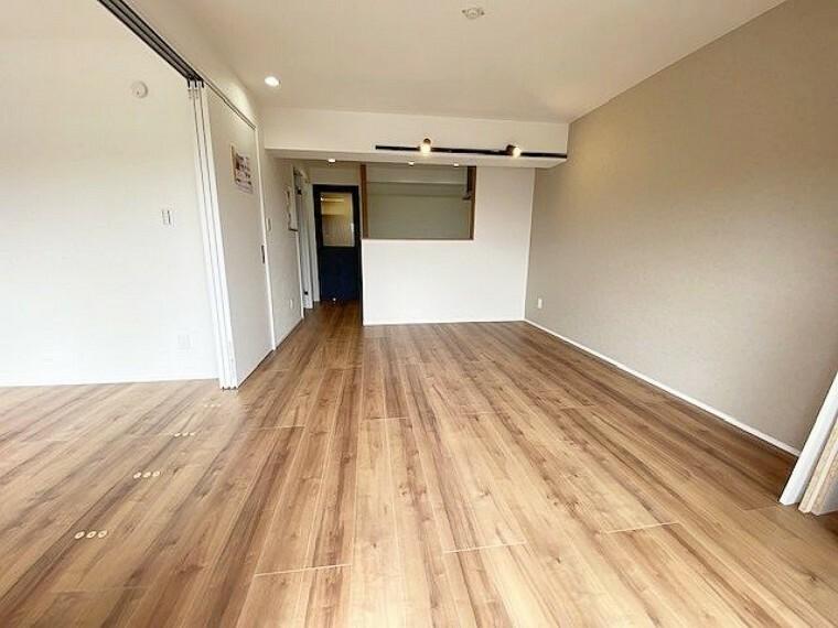 リビングダイニング 広々としたリビングスペースです。となりの洋室との間仕切りを開放することにより、更なる大空間がひろがります。