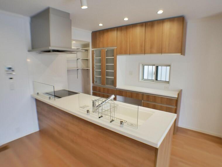 参考プラン完成予想図 【施工事例】キッチン ご要望に合わせていろいろな形状・色目をご用意しています。
