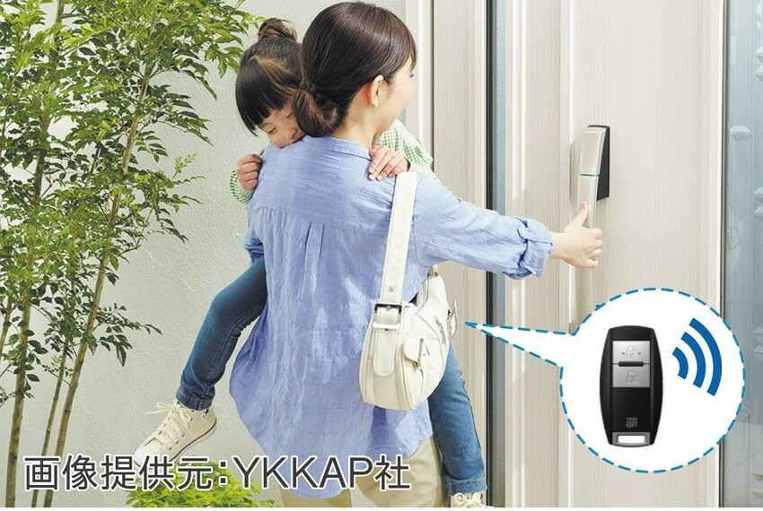 【玄関スマートキー(電子錠)】リモコンをカバンに入れたままドアを施解錠。※画像は参考イメージ