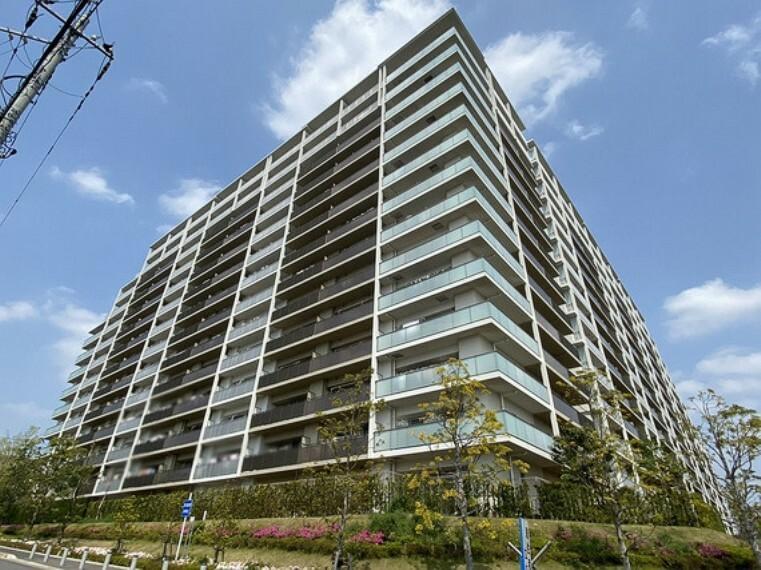 外観写真 2017年築。角部屋の為、陽当り・通風良好です。14階建ての7階部分。