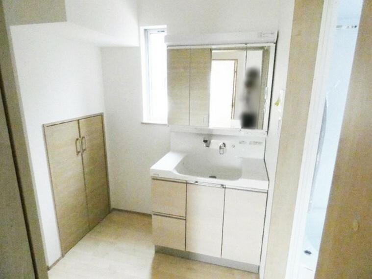 洗面化粧台 窓のある明るい洗面室。
