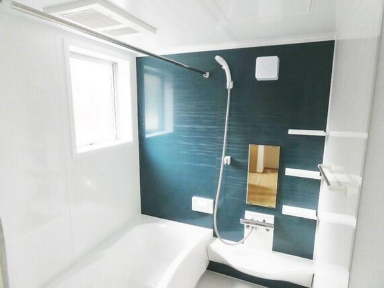 浴室 シックなカラーのタイルがくつろぎのバスタイムを演出してくれます。