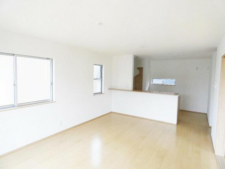 居間・リビング 対面式キッチンのあるリビングは、お料理中でもすぐに目が届きますね。