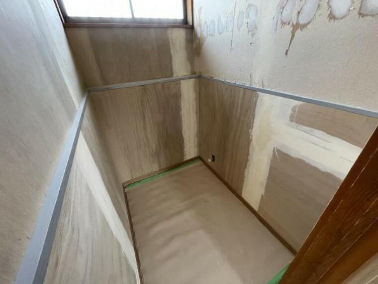 トイレ 【リフォーム中/トイレ】壁天井クロス張替え、床重ね張り、照明器具も新品交換します。
