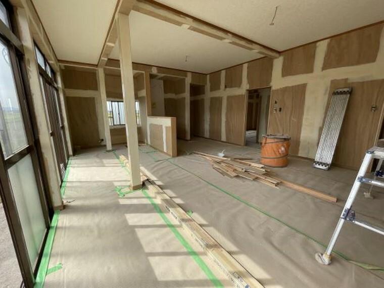 居間・リビング 【リフォーム中/リビング】別アングル。壁天井クロス張替え、床重ね張り、照明器具も新品交換します。