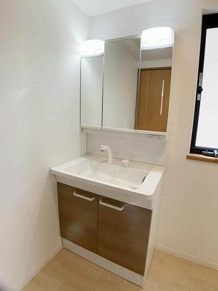 洗面化粧台 「脱衣所」 3面鏡タイプの洗面台に新品交換しております。