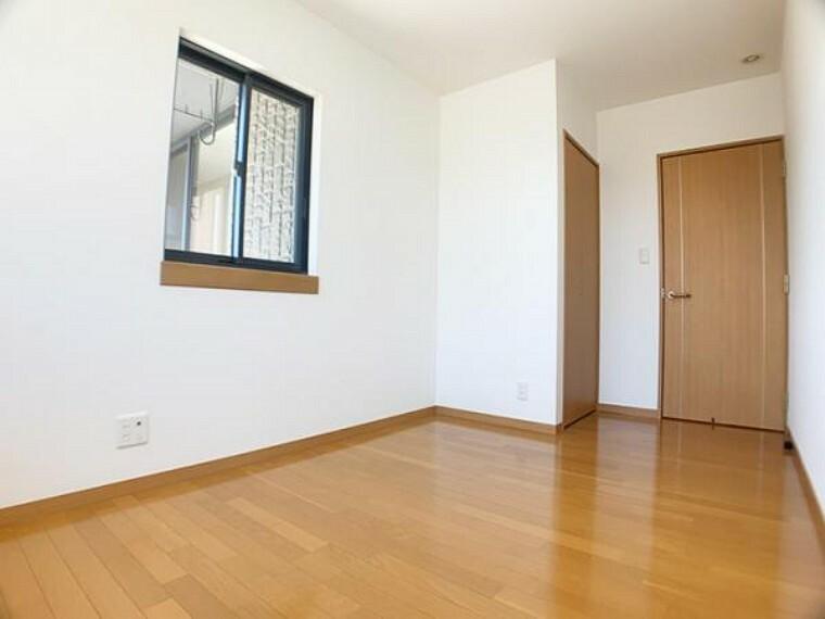 「2階中央洋室」シンプルで使う人を選ばないデザインの洋室です。