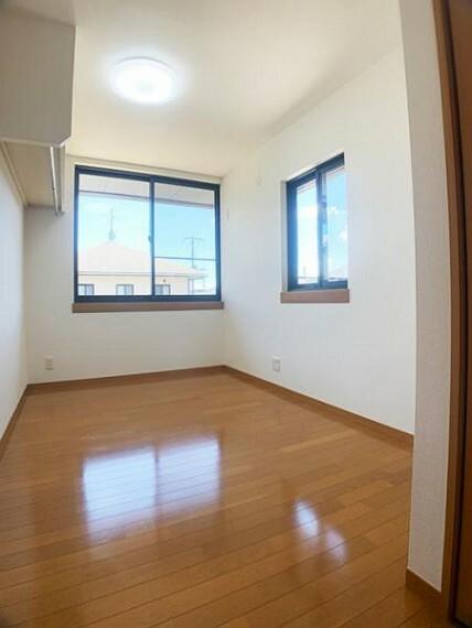 「2階中央洋室」窓が2つございますので、換気・採光バッチリです。