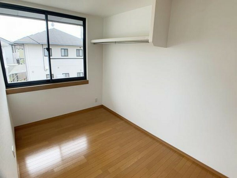 「2階東側洋室」 収納棚もあるので、収納には困りそうにないですね。