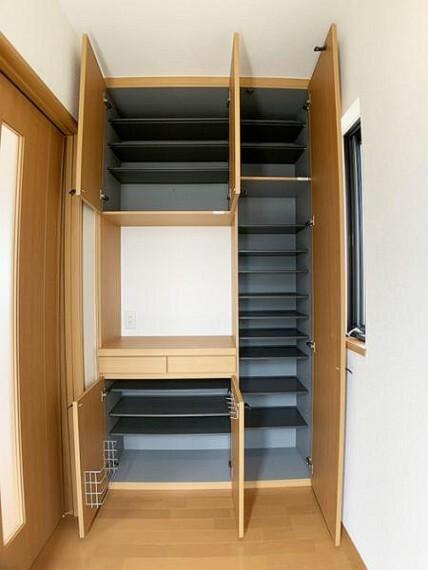 玄関 「玄関」 大きな靴箱があるので、ご家族全員分の靴を収納できそうです。