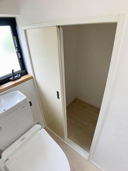 トイレ 「トイレ」 収納スペースがございます。予備のトイレットペーパー等を置くことができますね。