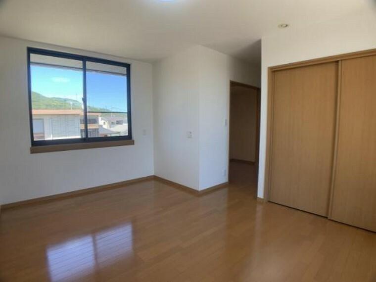 「2階西側洋室」大容量の収納の他にウォークインクローゼットもついているお部屋です。