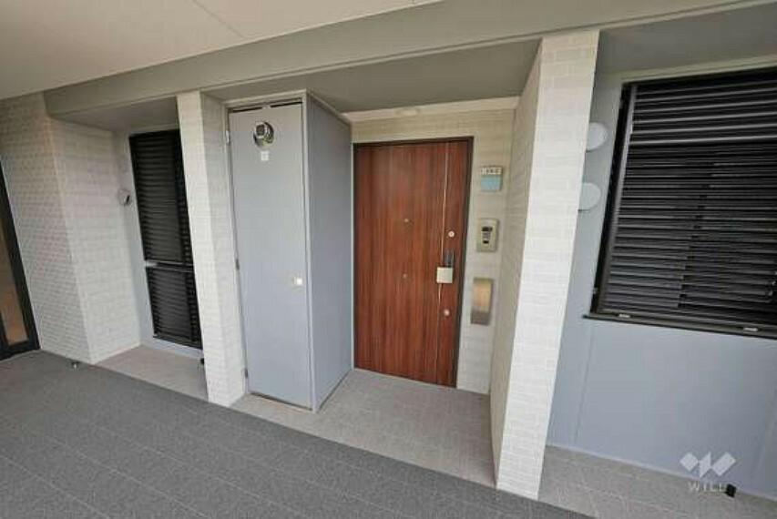 玄関 物件の玄関です。玄関ドアは大きめのお造りですので、お荷物が多い日にも安心です。1階のお部屋ですので、エントランスからそのままお部屋に向かえます。