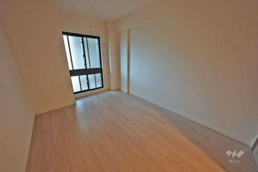 北東側洋室です。こちらは居室の中で1番広いお部屋となっておりますので、寝室としてお使いいただくこともおすすめです。