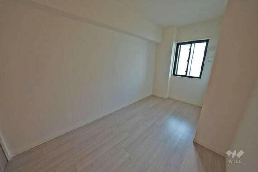 北西側洋室です。白を基調とした洋室は、空間全体を実際よりも広く感じさせてくれます。