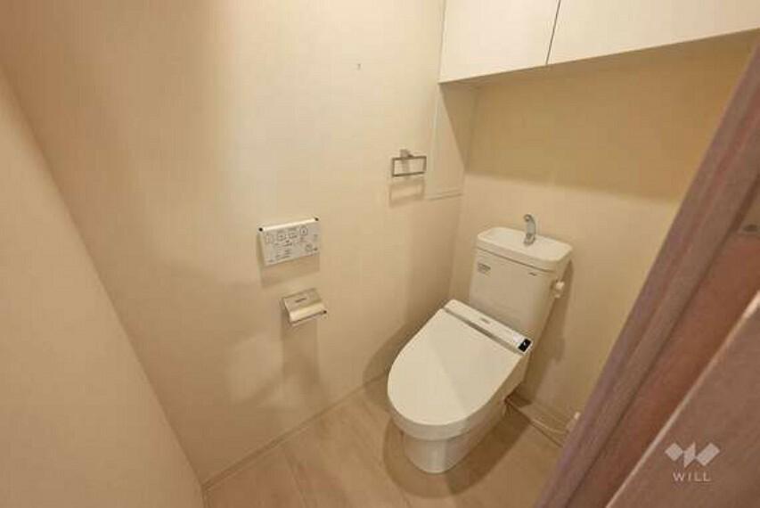 現況写真 お手洗いです。上部に戸棚がございますので、消耗品のストックやお掃除用具等を隠して収納いただけます。