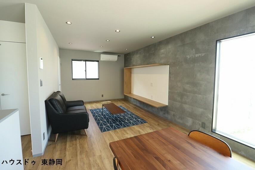 居間・リビング 窓や壁紙・仕切り壁等にこだわり、お洒落な空間になっています。