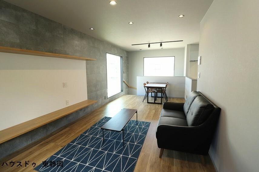 居間・リビング 備え付けのテレビ台は大型のテレビが設置できます。
