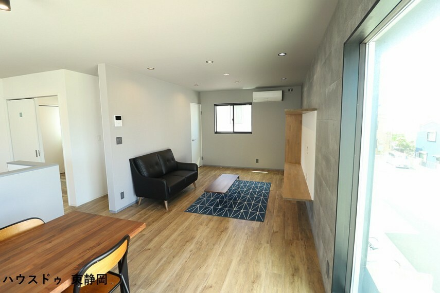 居間・リビング 奥行があるため幅広い用途で使用できます。