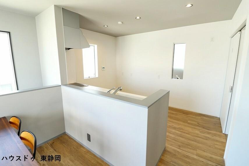 キッチン 奥行きがあり、ゆとりのあるキッチンです カウンタータイプのキッチンのためリビングを伺いながら作業ができます。
