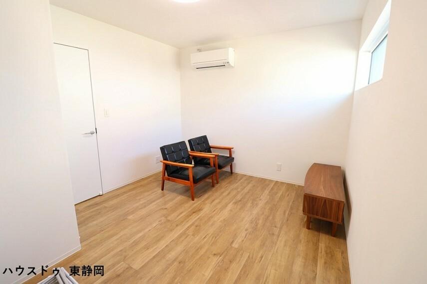 寝室 6.5帖洋室。明るい洋室は家具を置いてもゆったりスペースがあります。