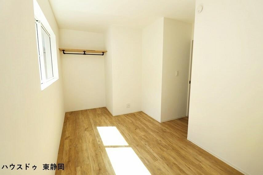 洋室 6.3帖洋室。明るい色のフローリングと壁紙で清潔感がありますね。
