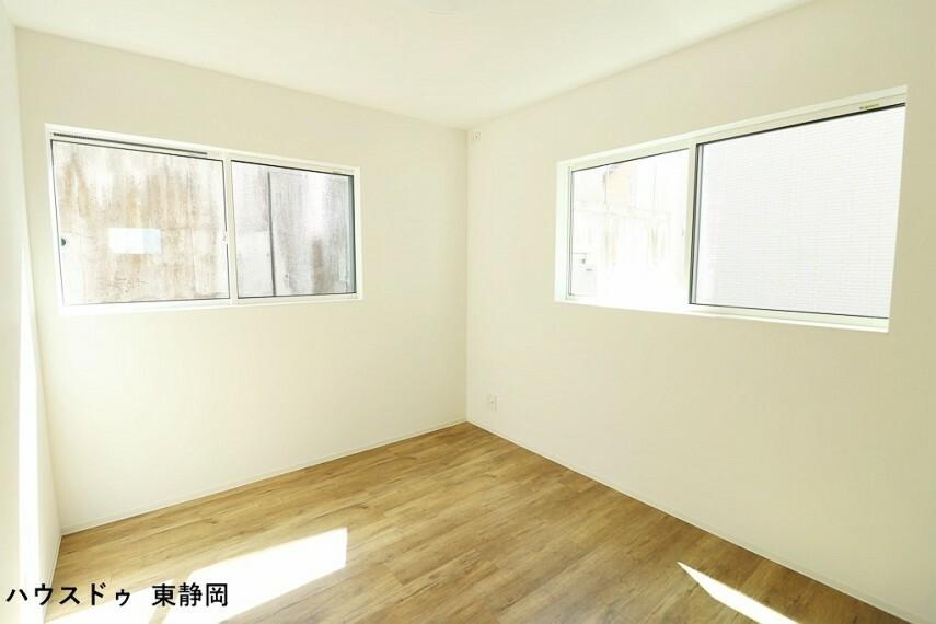 洋室 間取り図左側5.8帖洋室。2面採光で明るい室内空間です。