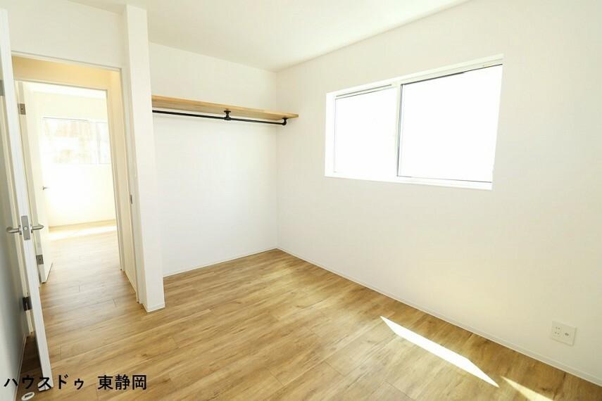 子供部屋 間取り図右側5.8帖洋室。子供部屋や書斎にいかがでしょうか?