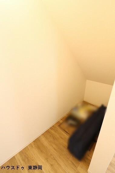 ウォークインクローゼット 6.5帖洋室の階段下収納。