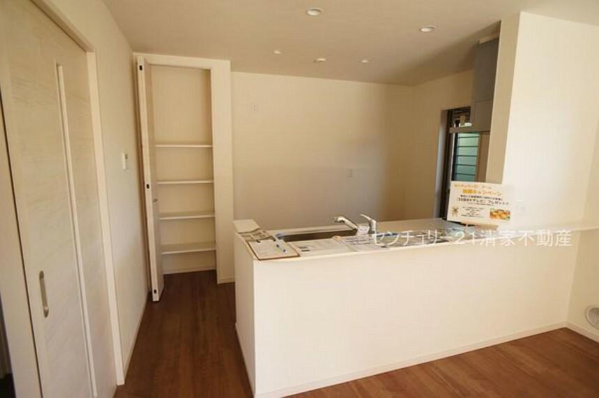 キッチン 3号棟:キッチン横に収納スペースあり!(2021年09月撮影)