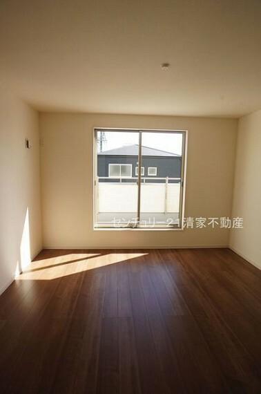 寝室 3号棟:バルコニーに面した明るい洋室!(2021年09月撮影)